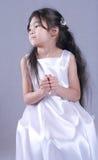 Het kind kleedde zich in wit satijn stock foto