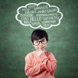 Het kind leert de multitaal met het denken stelt Stock Foto