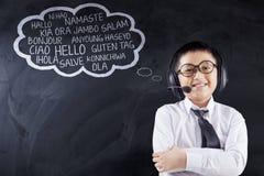Het kind leert meertalig met hoofdtelefoons Royalty-vrije Stock Foto's