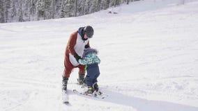 Het kind leert om met een instructeur te skien Het van brandstof voorzien van de benzinepomp Actieve sport stock video