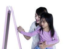 Het kind leert om op bord te schrijven Royalty-vrije Stock Foto