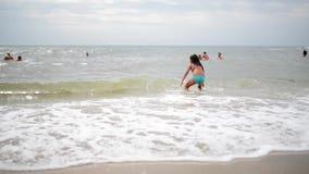 Het kind leert te zwemmen stock footage