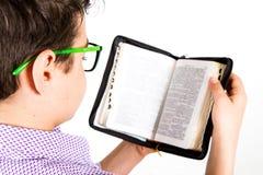 Het kind leest de Bijbel royalty-vrije stock afbeelding