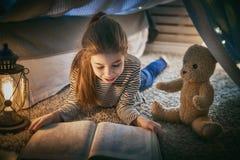 Het kind leest een boek stock fotografie