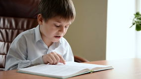 Het kind leest het boek