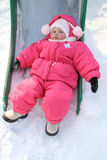 Het kind legt op een sneeuw royalty-vrije stock foto