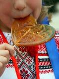 Het kind likt suikergoed royalty-vrije stock fotografie