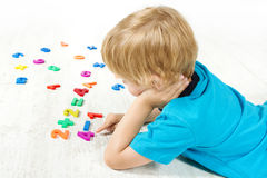 Het kind lost het wiskundevoorbeeld op. Test Royalty-vrije Stock Foto's