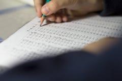 Het kind lost wiskundevoorbeelden op Royalty-vrije Stock Afbeelding