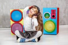 Het kind luistert aan een lied in de hoofdtelefoons Conceptenmuziek, Ra Royalty-vrije Stock Fotografie