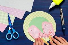 Het kind maakt de zomerkaart met roomijs Stap 8 Royalty-vrije Stock Foto