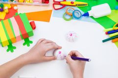 Het kind maakt een kameleon van de houwerdoos Materiaal voor creativiteit op een witte achtergrond stock afbeelding