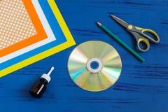 Het kind maakt vogel van CD Stap 1 Royalty-vrije Stock Afbeelding