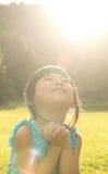 Het kind maakt wens Stock Foto's