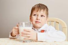 Het kind met een Kop van melk Stock Afbeeldingen