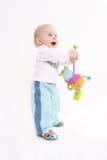 Het kind met een stuk speelgoed stock afbeeldingen