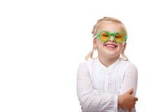 Het kind met groene glazen glimlacht gelukkig Stock Foto's