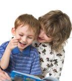 Het kind met moeder las het boek Royalty-vrije Stock Afbeeldingen