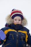 Het kind met schop bekijkt u in de winter Stock Fotografie