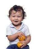Het kind met sinaasappelen. Stock Foto's