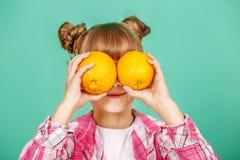 Het kind met sinaasappelen Het concept het gezonde eten en vegeta Royalty-vrije Stock Foto