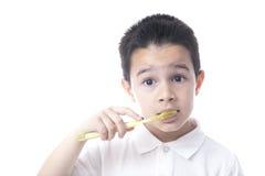 Het kind met tandenborstel en expressief kijkt Stock Foto