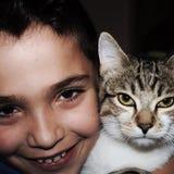 het kind met zijn kat in fotografisch stelt royalty-vrije stock fotografie