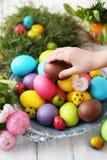 Het kind neemt een ei stock afbeelding