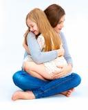 Het kind omhelst haar moeder Stock Afbeelding