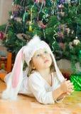 Het kind onder een bont-boom Stock Foto's