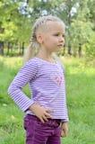 Het kind onderzoekt de afstand Stock Foto