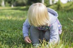 Het kind op het gras Stock Afbeeldingen