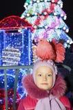 Het kind is in openlucht dichtbij de Kerstboom Royalty-vrije Stock Foto's