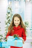 Het kind opent een giftdoos Conceptennieuwjaar, Vrolijke Kerstmis, h Stock Foto