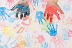 Het kind overhandigt het kleurrijke schilderen Royalty-vrije Stock Afbeelding