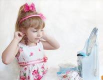 Het kind probeert op ornamenten Stock Afbeeldingen
