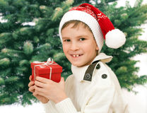Het kind in rode kap met aanwezig Nieuwjaar Royalty-vrije Stock Afbeelding