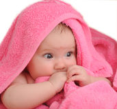 Het kind in rood een handdoek Stock Fotografie
