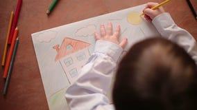 Het kind schildert een Cijfer stock footage