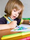 Het kind schildert een viltpen Stock Afbeelding