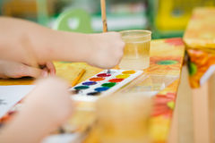 Het kind schildert methode om punten te richten stock fotografie