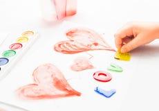 Het kind schrijft woordliefde Stock Afbeeldingen