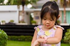 Het kind Smartwatch gebruiken of Smart die let op/Kind met Smartwatch of Slim Horloge Stock Foto