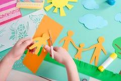 Het kind snijdt vorm van de mens stock afbeeldingen