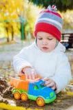 Het kind speelt auto's op de speelplaats Stock Afbeeldingen