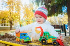 Het kind speelt auto's op de speelplaats Royalty-vrije Stock Foto's