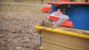 Het kind speelt auto's op de speelplaats stock footage