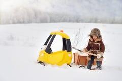 Het kind speelt buiten in de sneeuwwinter royalty-vrije stock foto