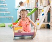 Het kind speelt in de kinderen` s ruimte De kinderen in het vermaak centreren Pret in de kinderen` s speelkamer stock afbeelding