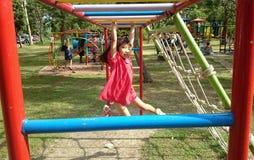 Het kind speelt in de speelplaats Stock Foto